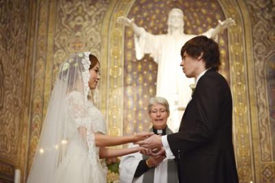 結婚式 神父 牧師