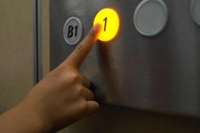 会社 エレベーター マナー