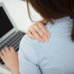パソコンの肩こりは姿勢が原因!正しい座り方で肩こり解消!
