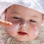 赤ちゃんも日焼け止めが必要です!塗り方と落とし方は?赤ちゃんの日焼け対策